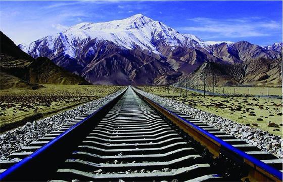据了解,青藏铁路格尔木至拉萨段(简称格拉段)地处青藏高原腹地,位于青海省西部、西藏自治区中北部,线路全长1136.338km,其中海拔4000m以上地段长960km。线路北起格尔木市,基本沿青藏公路南行,经纳赤台、昆仑山口翻越昆仑山,途经五道梁、沱沱河、雁石坪,翻越唐古拉山进入西藏自治区后,经安多、那曲、当雄、羊八井,穿越堆龙曲峡谷,至西藏自治区首府拉萨市。 众所周知,在铁路的正常安全运行中变电所起着非常重要的作用。第一,主要负责把区域电力系统送来的电能,根据电力牵引对电流和电压的不同要求,转变为适用于电